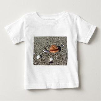 Camiseta Para Bebê Os Seashells no verão da areia encalham a opinião