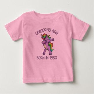 Camiseta Para Bebê Os unicórnios são em 1930 pose de toque ligeiro