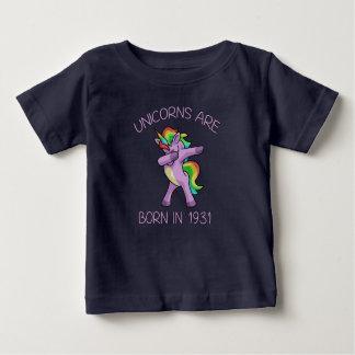 Camiseta Para Bebê Os unicórnios são em 1931 pose de toque ligeiro
