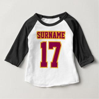 Camiseta Para Bebê OURO PRETO BRANCO lateral de 2 BORGONHA 3/4 de