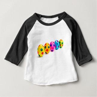 Camiseta Para Bebê Ovos da páscoa pintados na fileira no fundo branco