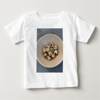 Camiseta Para Bebê Ovos de codorniz em uma bacia
