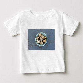 Camiseta Para Bebê Ovos de codorniz em uma bacia verde