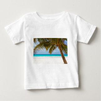 Camiseta Para Bebê Palmeira verde na praia durante o dia