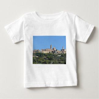Camiseta Para Bebê Panorama da vila de Volterra. Toscânia, Italia