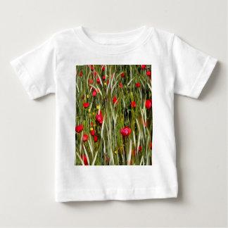 Camiseta Para Bebê Papoilas vermelhas em um campo de milho