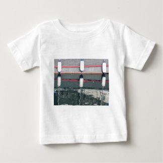 Camiseta Para Bebê Pára-choques do barco que penduram no conselho