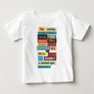 Camiseta Para Bebê pare de ler os textos, design fresco legal
