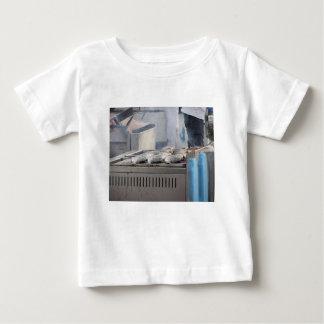 Camiseta Para Bebê Peixes do churrasco fora com o fumo que emerge