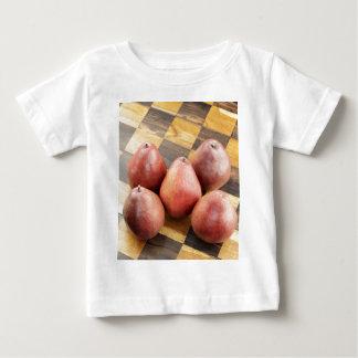 Camiseta Para Bebê Peras vermelhas em um conselho de xadrez de