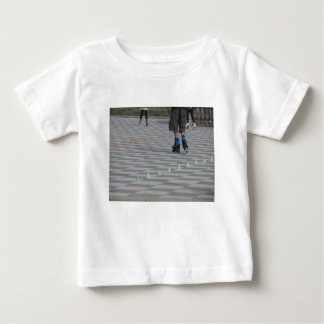 Camiseta Para Bebê Pés da cara em skates inline. Patinadores Inline