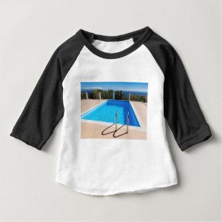 Camiseta Para Bebê Piscina azul com etapas no mar