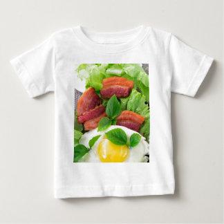 Camiseta Para Bebê Placa com gema, bacon fritado e ervas