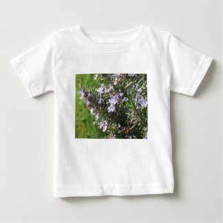 Camiseta Para Bebê Planta de Rosemary com as flores em Toscânia,