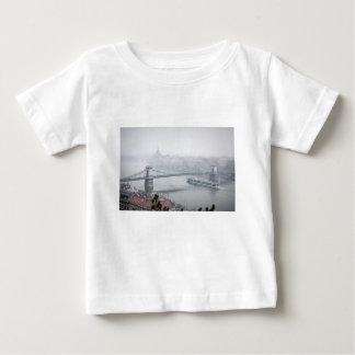 Camiseta Para Bebê Ponte de Budapest sobre a imagem de Danube River