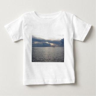 Camiseta Para Bebê Por do sol morno do mar com o navio de carga no