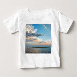 Camiseta Para Bebê Por do sol sobre a ilha
