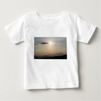 Camiseta Para Bebê Por do sol sobre montanhas
