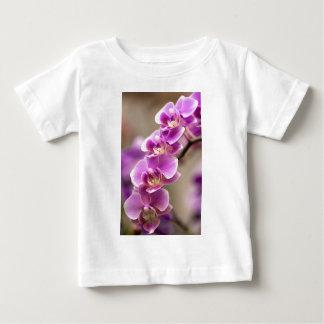 Camiseta Para Bebê Profundamente - corrente de flor cor-de-rosa da