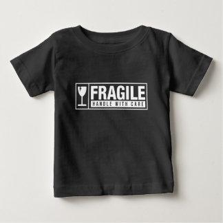Camiseta Para Bebê Punho frágil com cuidado