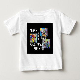 Camiseta Para Bebê Quando todo o outro falha, anda o cão