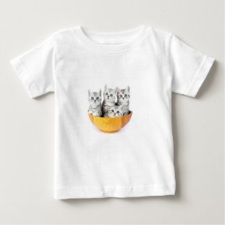 Camiseta Para Bebê Quatro gatos novos que sentam-se na bacia de