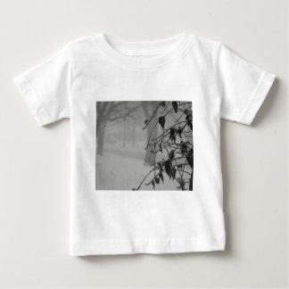 Camiseta Para Bebê Queda do Clematis e da neve durante um blizzard