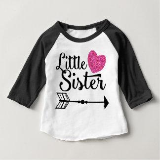 Camiseta Para Bebê Raglan cor-de-rosa da seta do coração da irmã mais