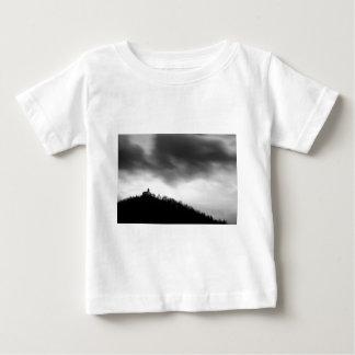 Camiseta Para Bebê Rainclouds sobre a igreja