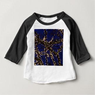 Camiseta Para Bebê Ramos com luzes de Natal e um céu azul escuro