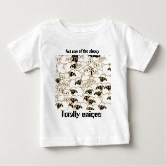 Camiseta Para Bebê rebanho dos carneiros preto e branco