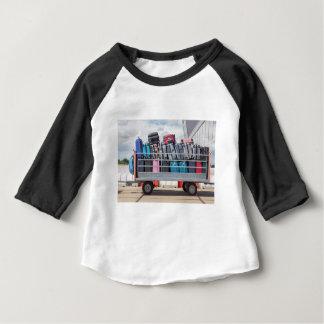 Camiseta Para Bebê Reboque no aeroporto enchido com o suitcases.JPG