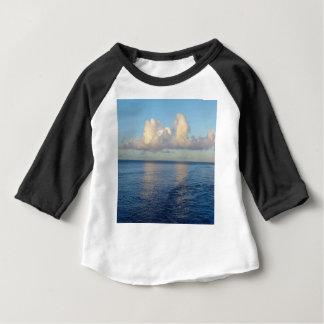Camiseta Para Bebê Reflexões da nuvem do Seascape do amanhecer