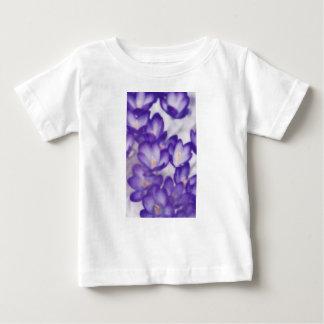 Camiseta Para Bebê Remendo da flor do açafrão da lavanda