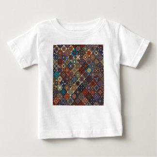 Camiseta Para Bebê Retalhos do vintage com elementos florais da