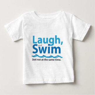 Camiseta Para Bebê Riso e natação… apenas não ao mesmo tempo