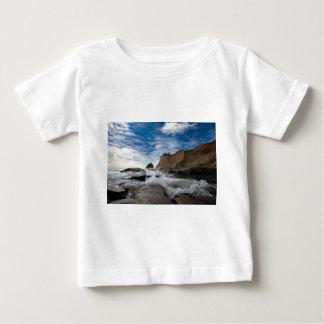 Camiseta Para Bebê Rocha do monte de feno na costa EUA de Kiwanda