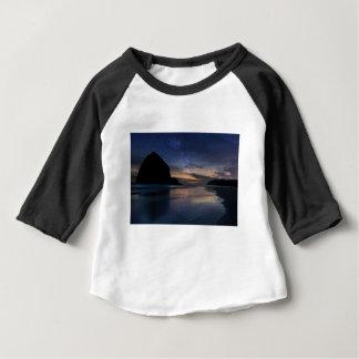 Camiseta Para Bebê Rocha do monte de feno sob o céu nocturno