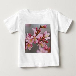 Camiseta Para Bebê Rosa contra as flores de cerejeira cinzentas de um