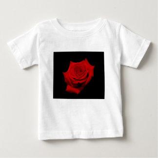 Camiseta Para Bebê Rosa vermelha no fundo preto