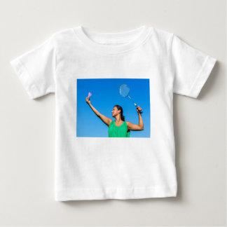 Camiseta Para Bebê Saque colombiano da mulher com raquete de