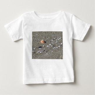 Camiseta Para Bebê Seashells na areia. Fundo da praia do verão