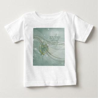 Camiseta Para Bebê Seja a mudança, fita do coração do ouro, diploma,