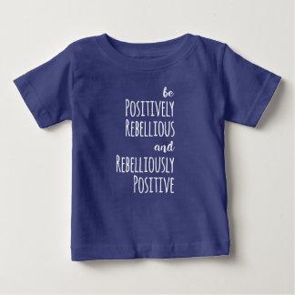 Camiseta Para Bebê Seja positivamente rebelde e Rebelliously positivo