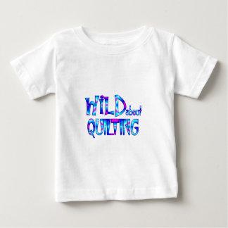 Camiseta Para Bebê Selvagem sobre o acolchoado