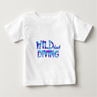 Camiseta Para Bebê Selvagem sobre o mergulho