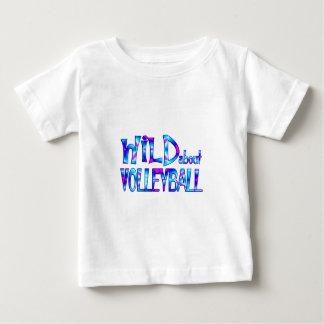 Camiseta Para Bebê Selvagem sobre o voleibol
