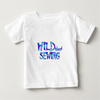 Camiseta Para Bebê Selvagem sobre Sewing