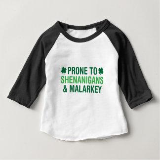 Camiseta Para Bebê Shenanigans inclinados