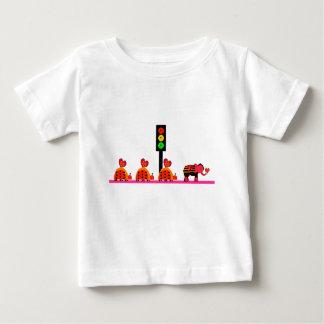 Camiseta Para Bebê Sinal de trânsito temperamental com caravana do